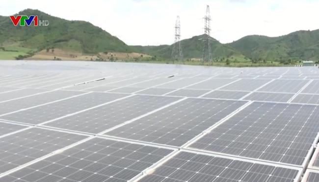 Nhà máy điện mặt trời đầu tiên ở Phú Yên đi vào hoạt động - ảnh 2