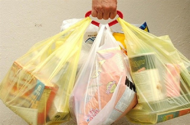 Hanoi plans not to use nylon bags in supermarkets and traditional markets by the year 2020. (Photo: kienthuc.net.vn)
