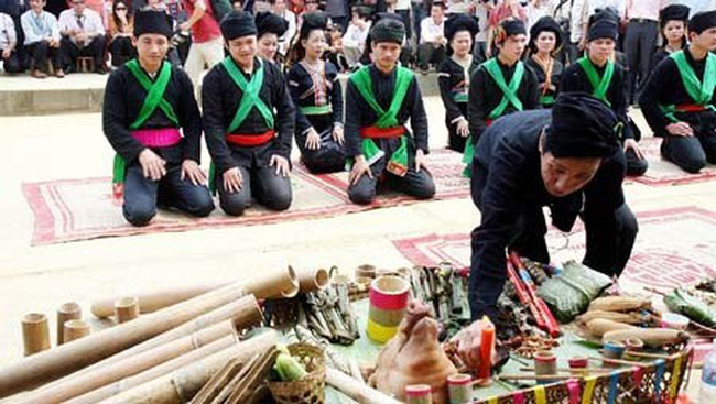 An old Cong man prepares a tray of offerings for the ancestors for Ngo festival (Photo: VNA)