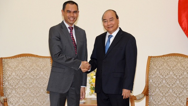 PM Nguyen Xuan Phuc (right) and Ambassador of Malaysia M. Zamruni Khalid (Photo: NDO/Tran Hai)