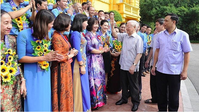 Party General Secretary and President Nguyen PhuTrong meets with 90 outstanding leaders of local trade unions in 2019 and 10 trade union officials receiving Nguyen Van Linh Awards. (Photo: Dang Khoa/Nhan Dan)