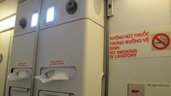 Bị phạt 4 triệu đồng vì hút thuốc trên máy bay - ảnh 1