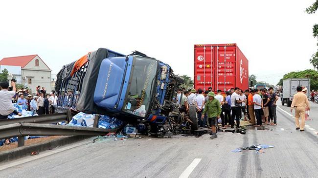 Tạm giữ tài xế xe tải lật ngang đè chết 5 người trên quốc lộ - ảnh 1
