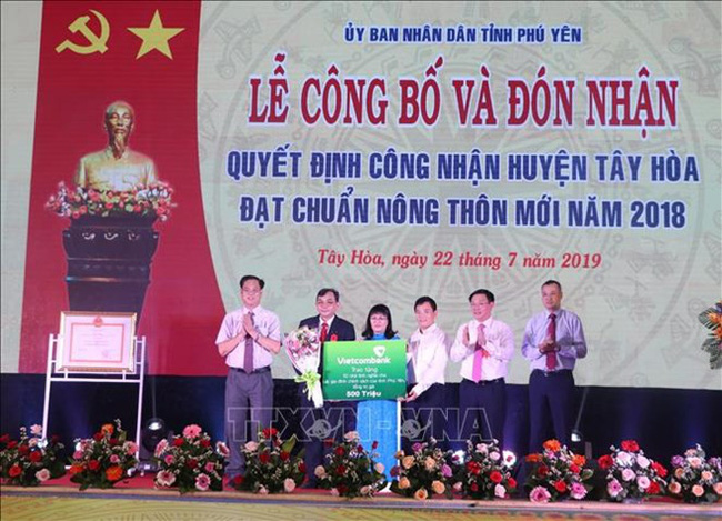 Deputy Minister of Labour, Invalids and Social Affairs Doan Mau Diep presents gifts at Lang Giang war-invalids nursing home. (Photo: VNA)