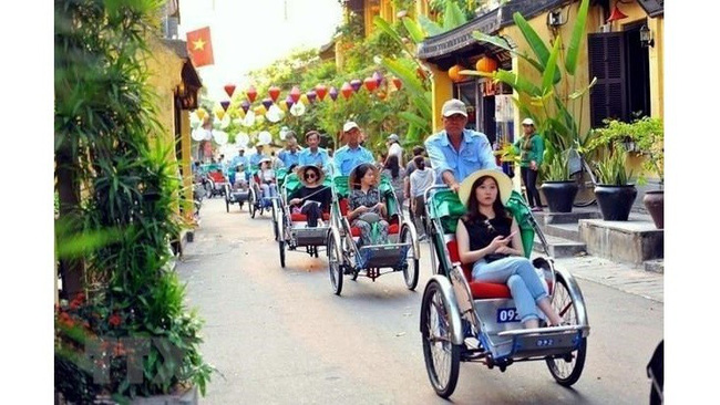 Visitors to the UNESCO-recognised Hoi An ancient town in Quang Nam province. (Photo: VNA)