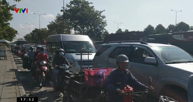 Xe cẩu gặp sự cố gây kẹt xe hàng chục km ở TP.HCM - ảnh 3