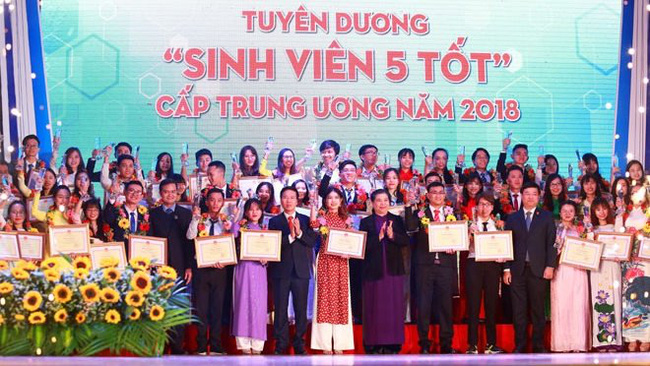 Outstanding students honoured at the ceremony (photo: hanoimoi)