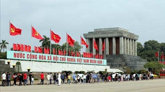 Visitors to the President Ho Chi Minh Mausoleum. (Photo: VNA)