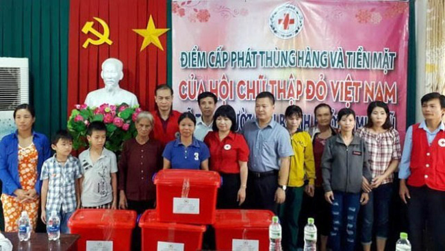 A working group of the Vietnam Red Cross Society provides aid to flood victims in My Duc commune, Da Teh district, Lam Dong province.