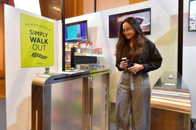 A guest at an unmanned booth by Pick & Go at 2019 Singapore Retail Industry Conference and Exhibition. (Source: The Straits Times/NG SOR LUAN)