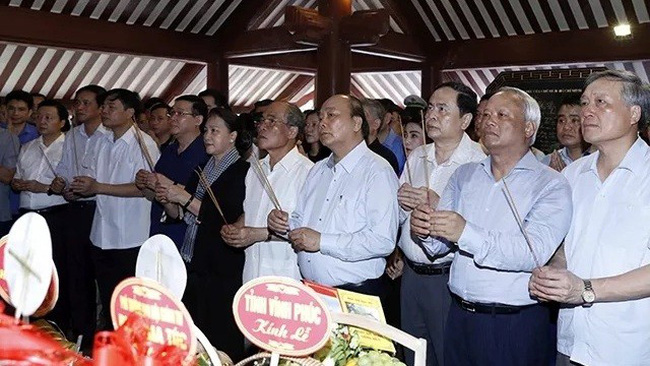 PM Nguyen Xuan Phuc, NA Chairwoman Nguyen Thi Kim Ngan and other senior officials offer incense to President Ho Chi Minh. (Photo: VNA)