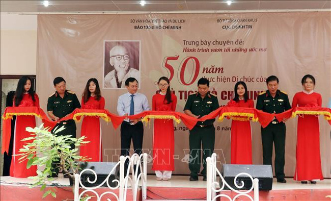 Delegates cut the ribbon to launch the exhibition at the Military Zone 5 Museum in Da Nang city. (Photo: VNA)