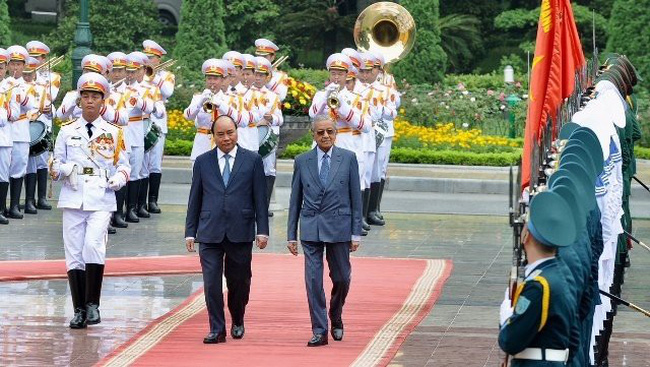 Vietnamese Prime Minister Nguyen Xuan Phuc (L) and his Malaysian counterpart, Mahathir Mohamad, inspect the guards of honour during an official welcome ceremony for the visiting guest, Hanoi, August 27, 2019. (Photo: NDO/Tran Hai)