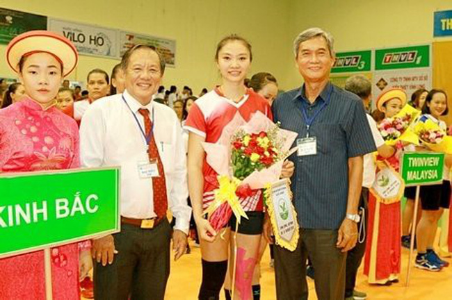 The organising board presents flowers to a volleyball player at the opening ceremony of the tournament (Photo: baovinhlong.com.vn)