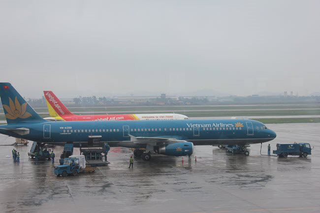 Flights remain grounded at Noi Bai International Airport in Hanoi due to a storm in 2018. Storm No. 3 may hit Quang Ninh-Haiphong at 4 p.m. today, August 2 (Photo: Le Anh)