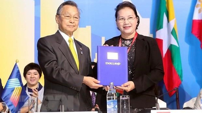 National Assembly Chairwoman Nguyen Thi Kim Ngan (R) and Speaker of the Thai House of Representatives and Chair of AIPA 40 Chuan Leekpai (Photo: VNA)