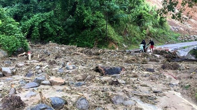 Landslide occurs in a road in Muong Lat border district of Thanh Hoa province (Photo: VNA)