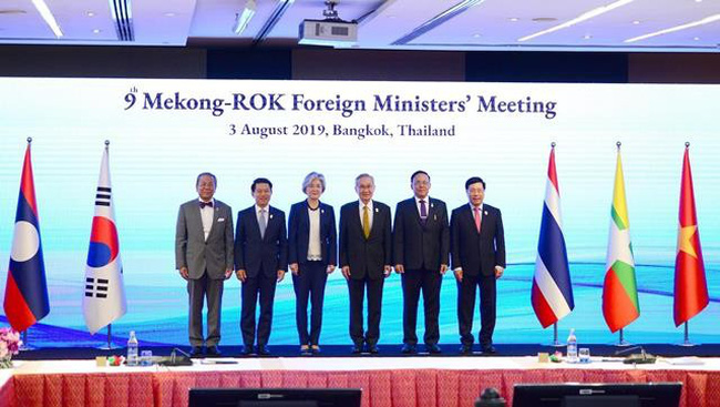 Foreign minister of the Mekong countries and the RoK pose for a photo at the meeting in Bangkok on August 3. (Photo: VNA)