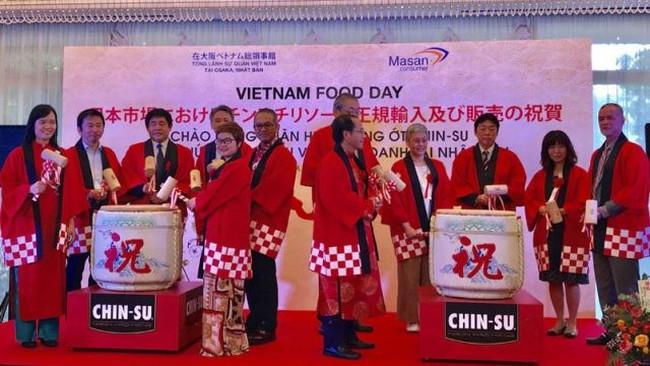 Delegates kick-start the Vietnam Food Day in Osaka on August 3. (Photo: Ha Noi Moi)