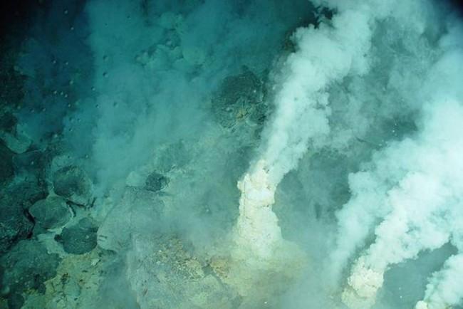 Vén bức màn bí ẩn về các dãy núi lửa ngầm dưới đáy Biển San Hô - ảnh 1