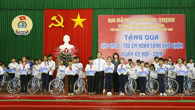 Vice President Dang Thi Ngoc Thinh (in black) presents bicycles to disadvantaged students on the occasion of the Lunar New Year. (Photo: NDO/Ba Dung)