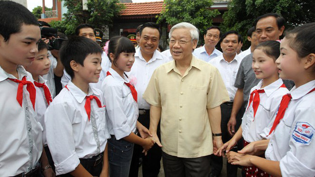 Party General Secretary and President Nguyen Phu Trong surrounded by children from Canh Thuy Commune, Yen Dung District, Bac Giang Province (Photo: VNA)