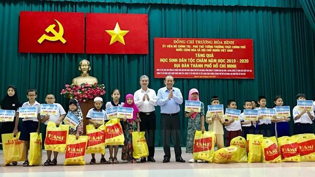 Deputy PM Truong Hoa Binh presents scholarships to disadvantaged Cham ethnic students (Photo: hcmcpv.org.vn)