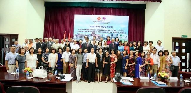 Delegates pose for a photo together. (Photo: baoquocte.vn)