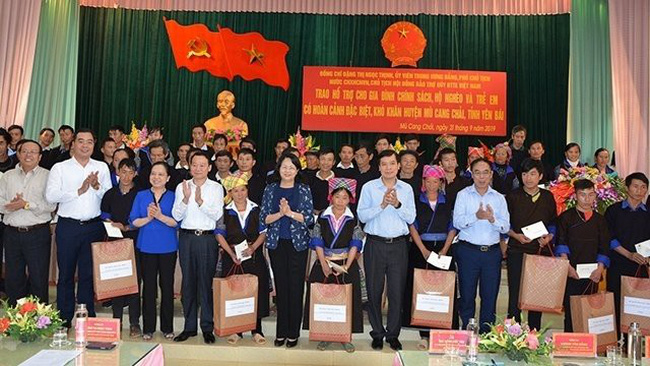 Vice President Dang Thi Ngoc Thinh presents gifts to policy beneficiary households in Mu Cang Chai.