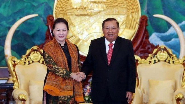 Vietnamese National Assembly Chairwoman Nguyen Thi Kim Ngan (L) meets with Lao Party General Secretary and President Bounnhang Vorachith in Vientiane on September 29. (Photo: VNA)