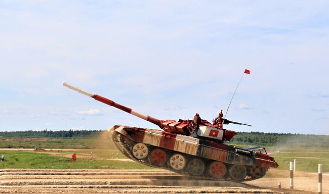 "The Vietnamese tank competes in the semi-final round of Group 2 of the""Tank biathlon"" event (Photo: VNA)"