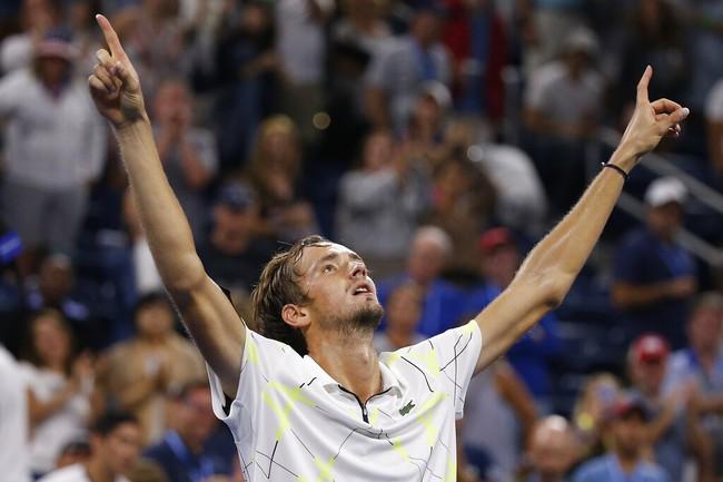 """""""Thần đồng quần vợt Nga"""" đả bại Stan Wawrinka"""