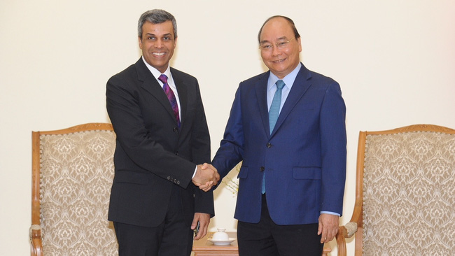 Prime Minister Nguyen Xuan Phuc (R) and Kuwaiti Minister of Oil and Electricity and Water Khaled Ali Al Fadhel (Photo: TRAN HAI/NDO)