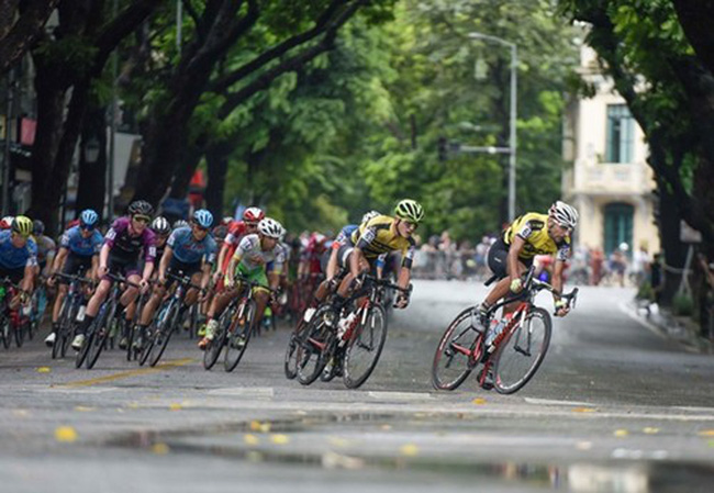 Athletes competing in the first stage around Hoan Kiem Lake