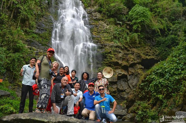 The delegation in Khe Kem waterfall in Nghe An's Con Cuong disitrict (Photo: baonghean.vn)