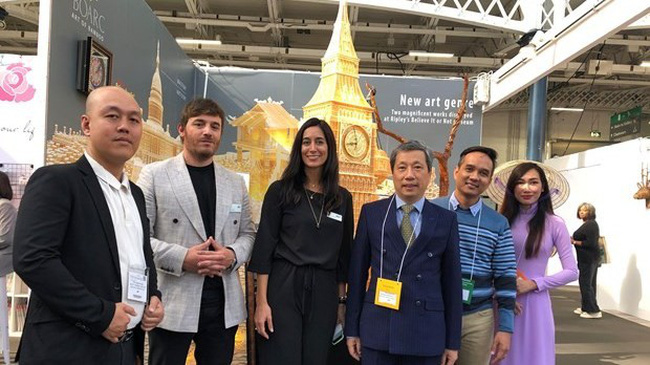 Vietnamese Ambassador to the UK Tran Ngoc Anh (the third from the right) and the organizers of the fair visited the booth of Vietnamese enterprises. (Photo: VNA)