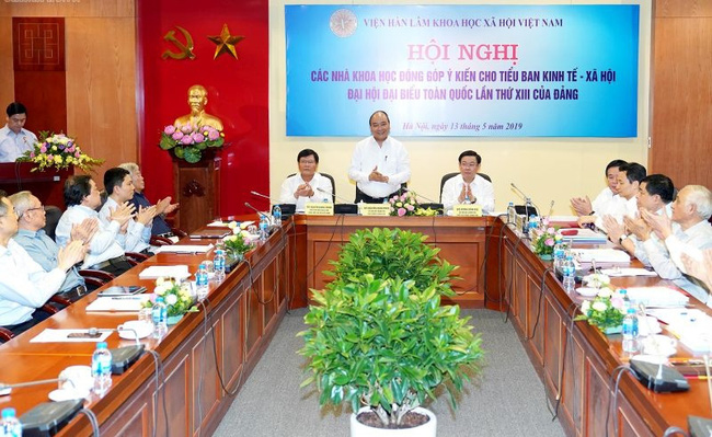 PM Nguyen Xuan Phuc chairs the meeting. (Photo: VOV)