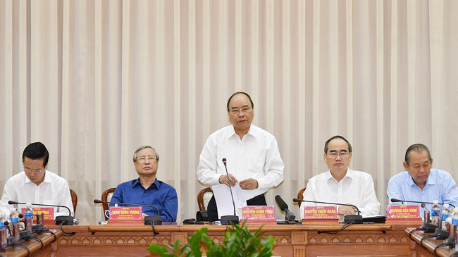 PM Nguyen Xuan Phuc speaking at a meeting with Ho Chi Minh City leaders. (Photo: VGP)