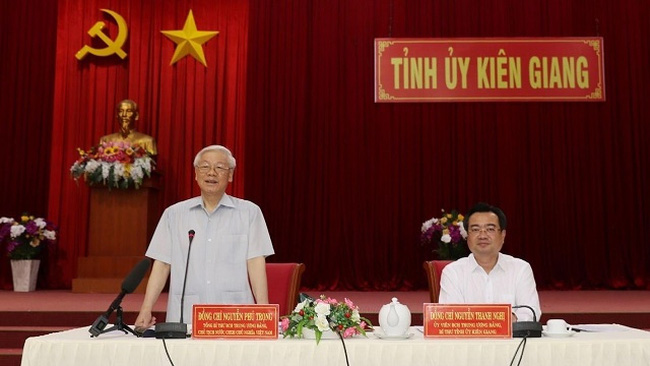 Party General Secretary and President Nguyen Phu Trong (standing) speaks at the working session with leaders of Kien Giang province on April 14. (Photo: VNA)