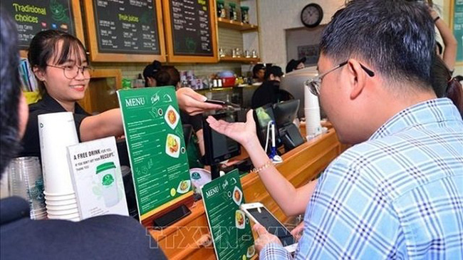 E-payment via cellphones is among the key incentives to boost e-payments in Vietnam. (Photo for illustration: VNA)