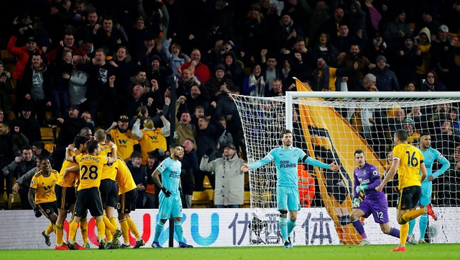 Wolverhampton Wanderers' Willy Boly celebrates scoring their first goal with team mates as Newcastle players look dejected - Premier League - Wolverhampton Wanderers v Newcastle United - Molineux Stadium, Wolverhampton, Britain - February 11, 2019. (Photo: Reuters)