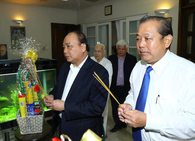 Prime Minister Nguyen Xuan Phuc (L) and Deputy Prime Minister Truong Hoa Binh offer incense to late Party General Secretary Nguyen Van Linh, February 12, 2018. (Photo: VNA)