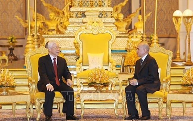 Party General Secretary and President Nguyen Phu Trong (left) meets with Cambodian King Norodom Sihamoni in Phnom Penh on February 25. (Photo: VNA)