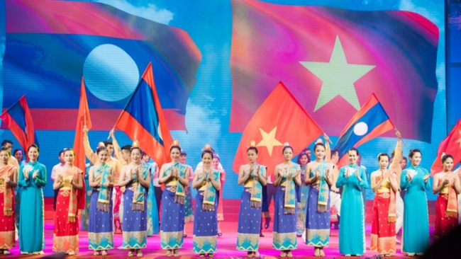 An art performance to mark the 55th anniversary of Vietnam-Laos diplomatic ties held in Hanoi in July 2017.