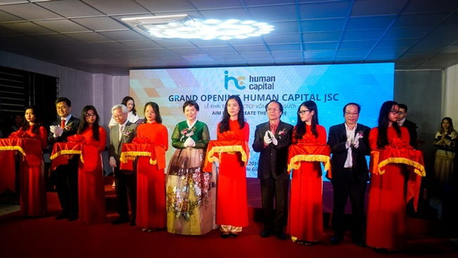 Delegates cut the ribbon to inaugurate the Human Capital JSC on December 25, 2019. (Photo: NDO/Trung Hung)