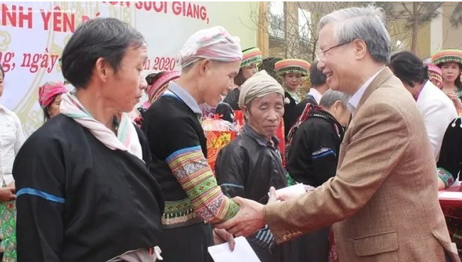Politburo member Tran Quoc Vuong presents Tet gifts to needy people in Van Chan district, Yen Bai province (Photo: VNA)