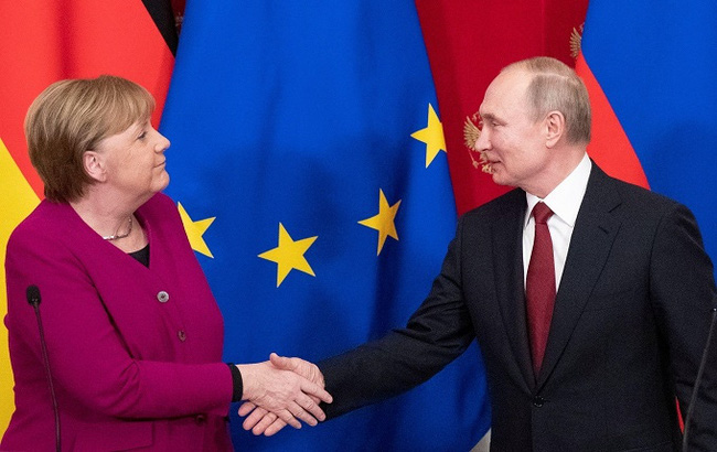 Russian President Vladimir Putin and German Chancellor Angela Merkel shake hands after a joint news conference in the Kremlin in Moscow, Russia, January 11, 2020. (Reuters)