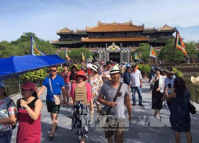 Visitors to the Hue Imperial Citadel (Photo: VNA)