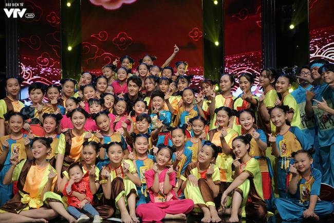 Song Luân bị fan nhí vây kín tại Đón Tết cùng VTV - ảnh 14