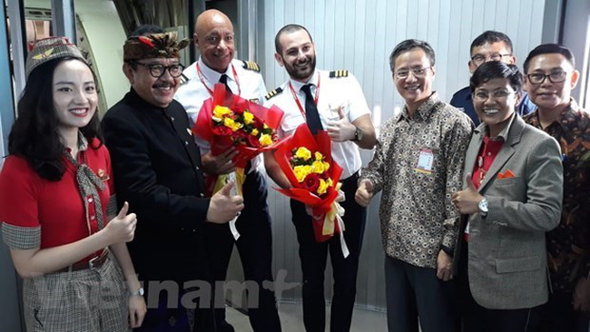 Vietnamese Ambassador to Indonesia Pham Vinh Quang (front, second from right) and the flight crew of Vietjet pose for a photo (Photo: VNA)